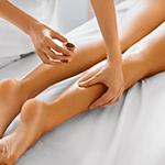 Massaggio rilassante gambe con gel freddi al mirtillo